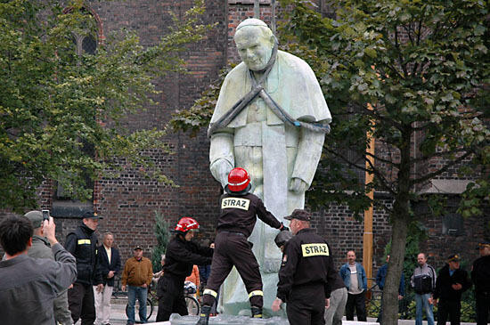 Najbrzydsze pomniki Papieza Polaka – Brzeski pomnik na 9 miejscu