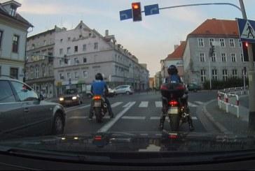 Brzeg: Szarża motocyklisty za 21 punktów. Zdarzenie rejestruje kamera samochodowa [wideo]