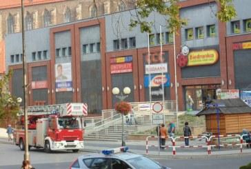 Pożar i ewakuacja centrum handlowego w Brzegu