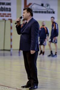 Grzegorz Sawicki - członek Zarządu Województwa opolskiego wręczył wręczył Tadeuszowi Rutkiewiczowi - członkowi zarządu klubu UKS Olimp Grodków czek na 50 tysięcy złotych.