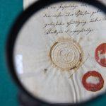 Pieczęcie płatkowa i lakowa na dokumencie z 1822r