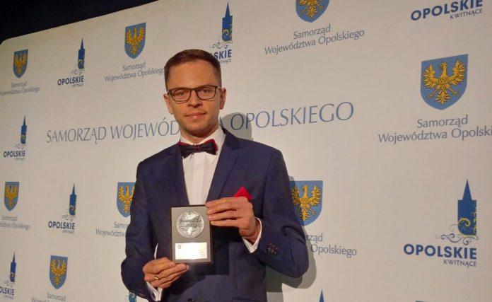 Wojciech Komarzyński odbierający medal